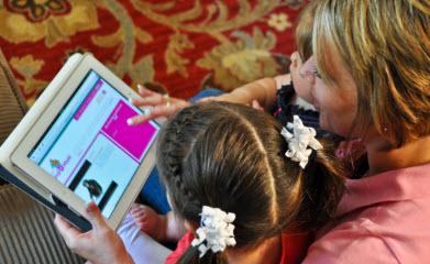 Envolvimento dos pais em casa: Kindermusik@Home é a revista digital incluída na matrícula do curso. Todo mês tem atividades novas para os pais e filhos lerem, cantarem e brincarem juntos, também como um disco inteiro de músicas em inglês de diversos estilos.